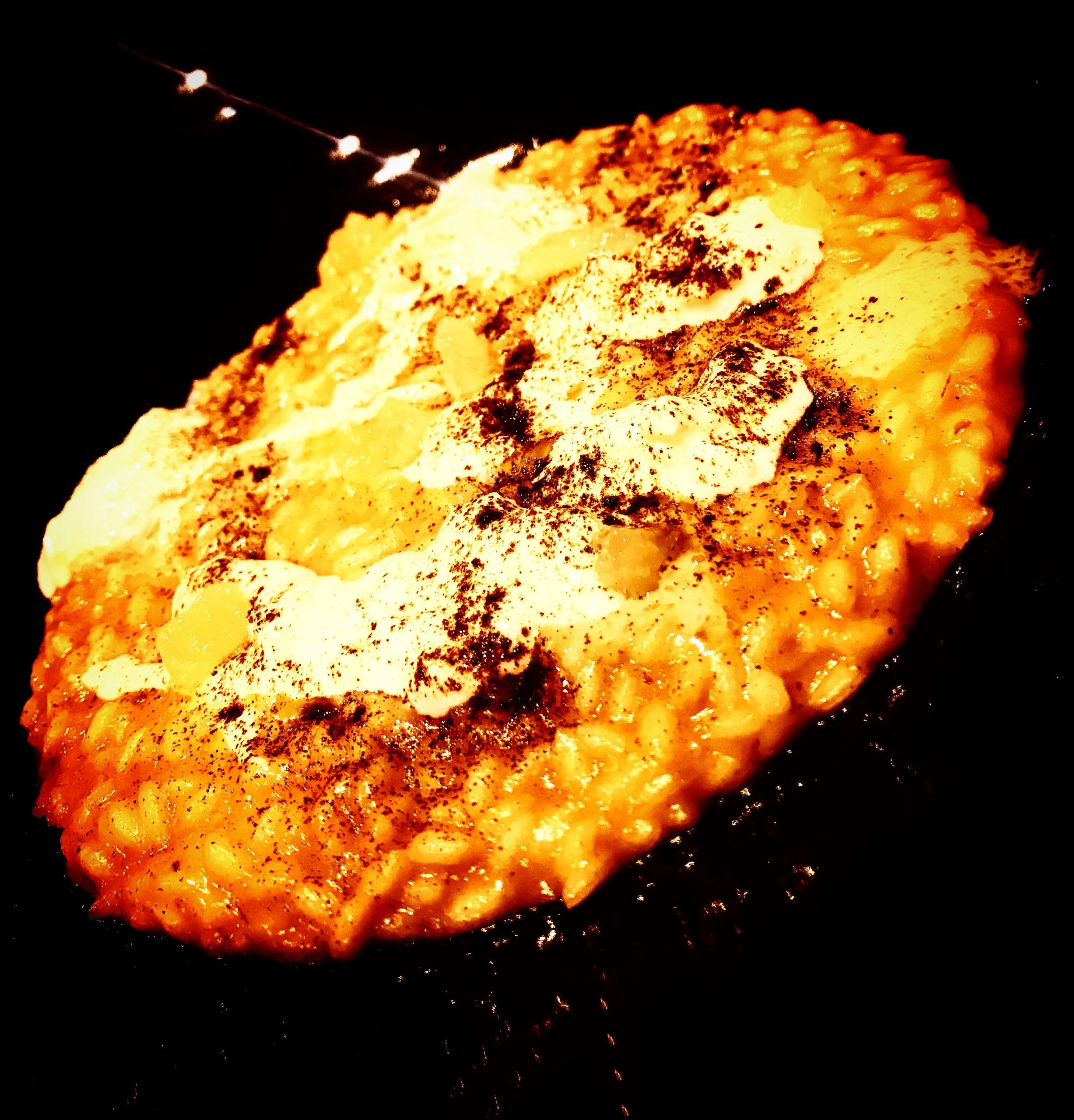 Risotto Riserva San Massimo ai ricci di mare, prescinseua, aglio nero e limone bruciato
