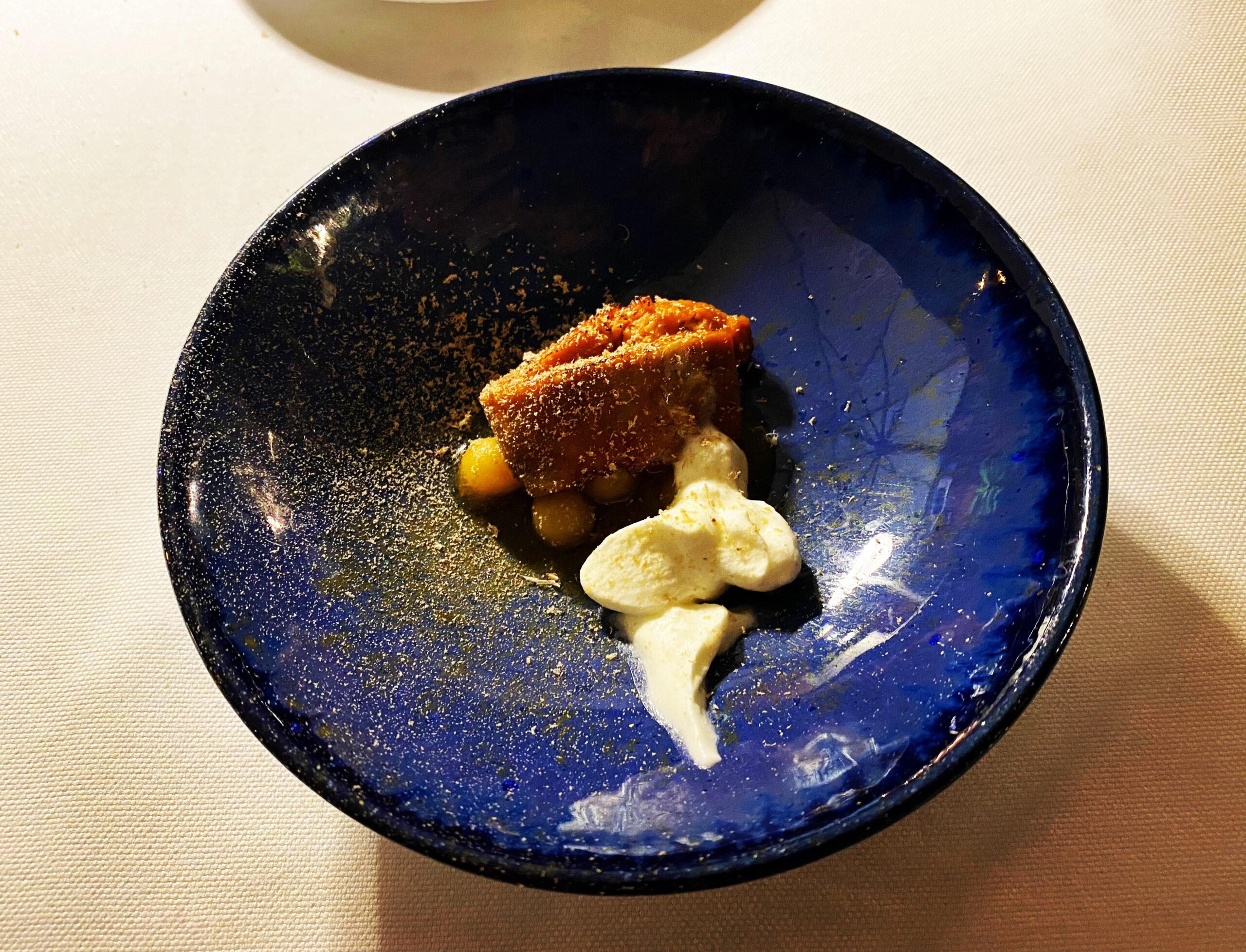 Andreina, Loreto - Fegato di rana pescatrice laccato nel caramello di pesche, milza disidratata d'agnello e salsa acida